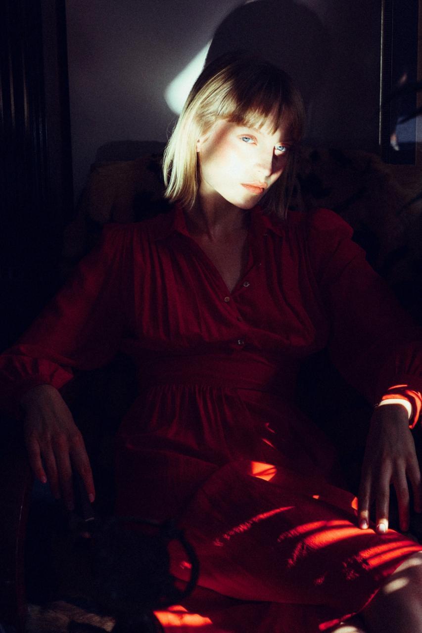 乌克兰摄影师 Marta Syrko人像摄影作品 girls in the house 审美灵感 第3张