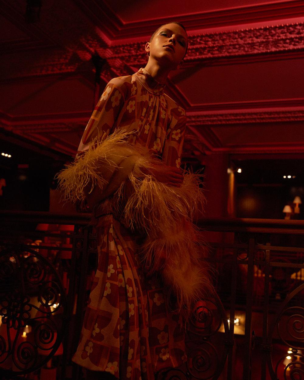 室内人像 红色主题的时尚杂志摄影作品 时尚图库 第1张
