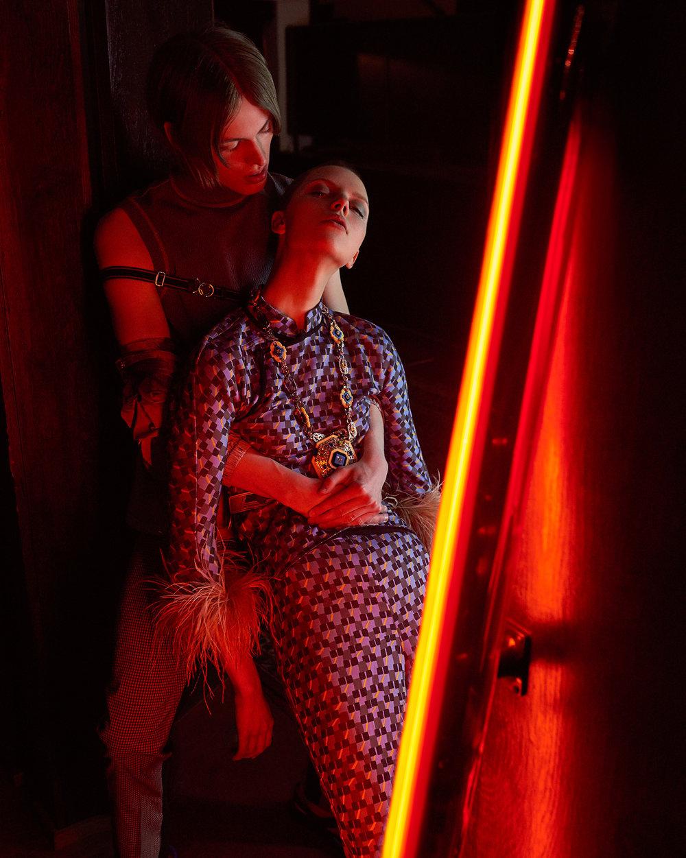 室内人像 红色主题的时尚杂志摄影作品 时尚图库 第7张