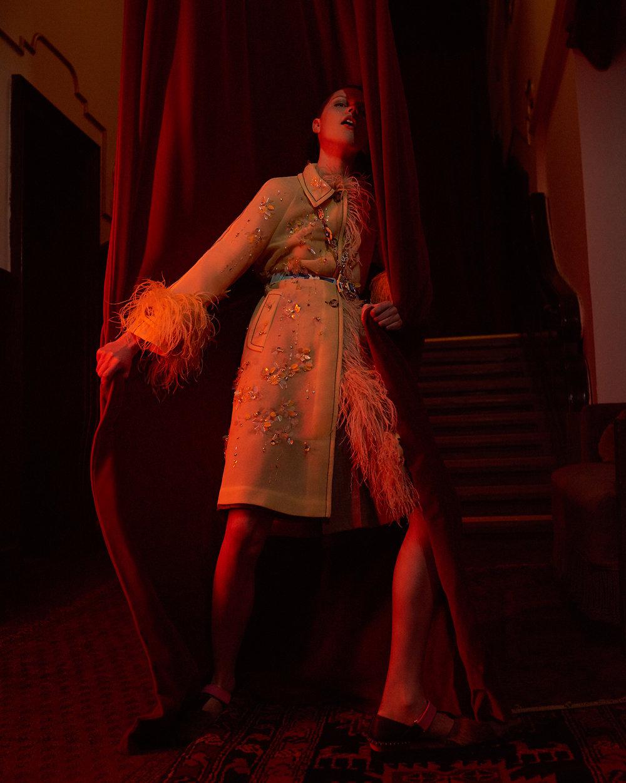 室内人像 红色主题的时尚杂志摄影作品 时尚图库 第15张