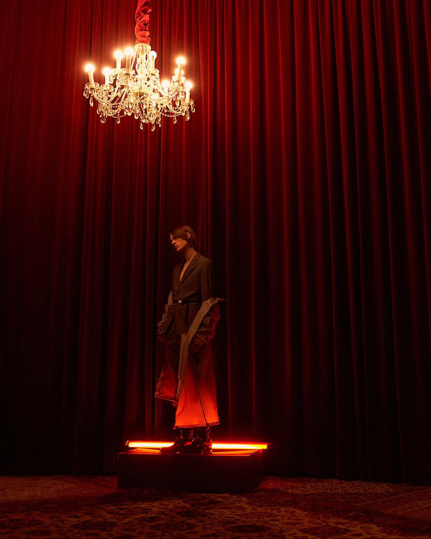 室内人像 红色主题的时尚杂志摄影作品 时尚图库 第12张