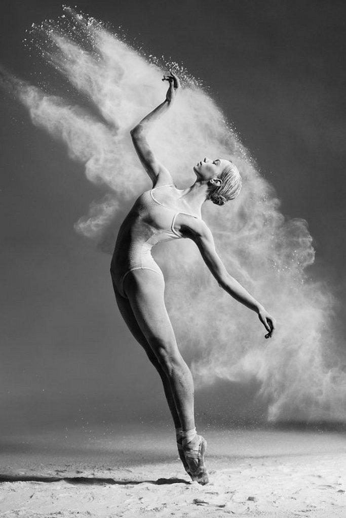 摄影师Alexander Yakovlev借助粉尘和光源 完美诠释舞者的动态美 审美灵感 第1张