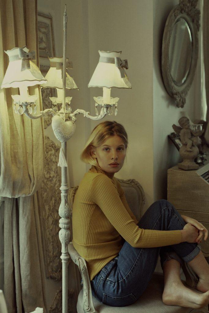 很舒服的一组居家人像摄影作品 偏暗的调子和较淡的饱和度 审美灵感 第4张