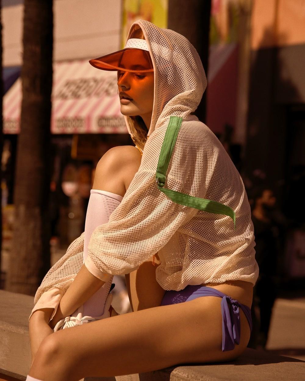 捷克版《时尚芭莎》2018-8月刊时尚大片 嫩模Paige Reifler 海边沙滩 时尚图库 第8张