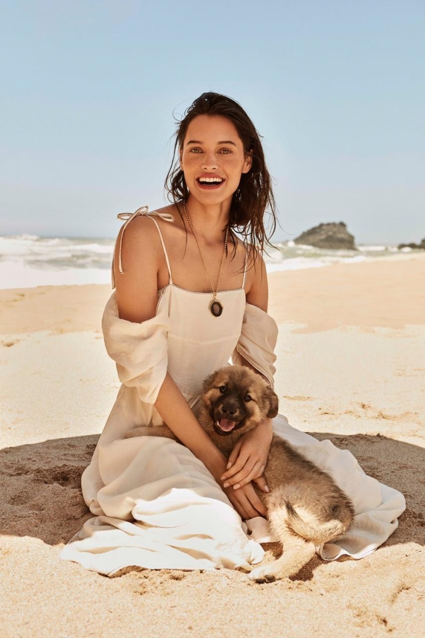 《ELLE》 杂志波兰版 8月刊时尚大片 沙滩上的一抹彩色 时尚图库 第4张