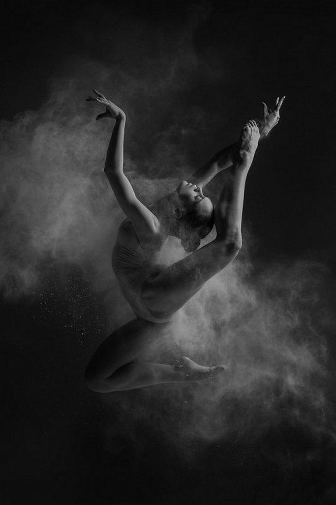 摄影师Alexander Yakovlev借助粉尘和光源 完美诠释舞者的动态美 审美灵感 第2张