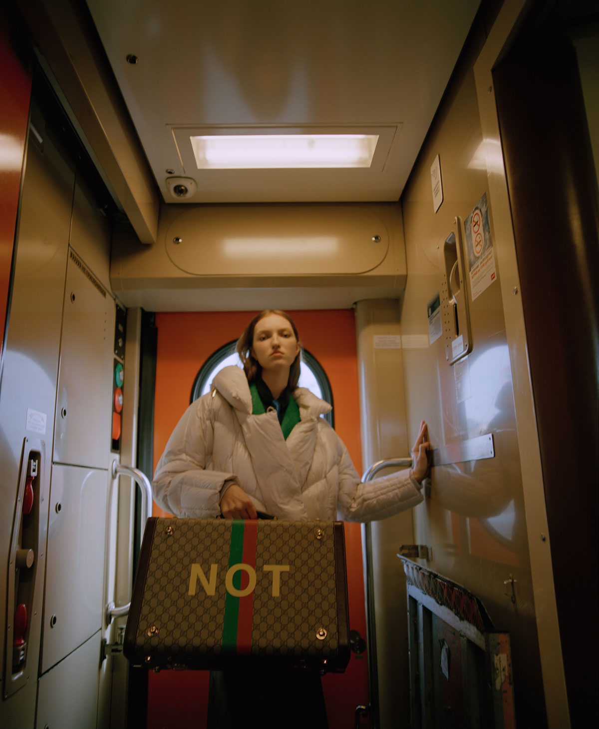 Elle Russia November 2020 在火车上的时尚大片 时尚图库 第1张
